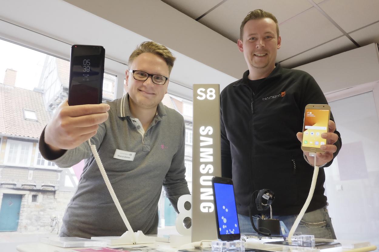 Marco Dietze und Fabian Vehling sind Experten für alle Fragen rund ums Handy – und darüber hinaus. Foto: tro