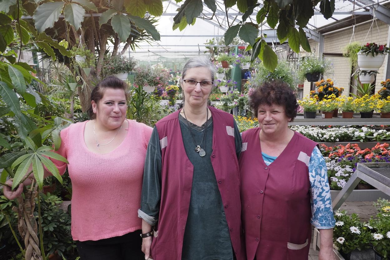Ein Herz für kreative Arbeit: Brigitte Roy (Mitte) und ihre Floristinnen setzen Kundenwünsche in Realität um – für alle denkbaren Anlässe. Foto: tro