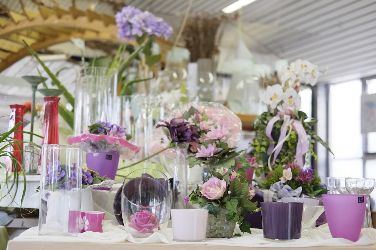 Neben tausenden Pflanzen gibt es im Blumenfachhandel Roy auch viele, dazu passende Produkte, von Glasvasen hin zu Keramik.