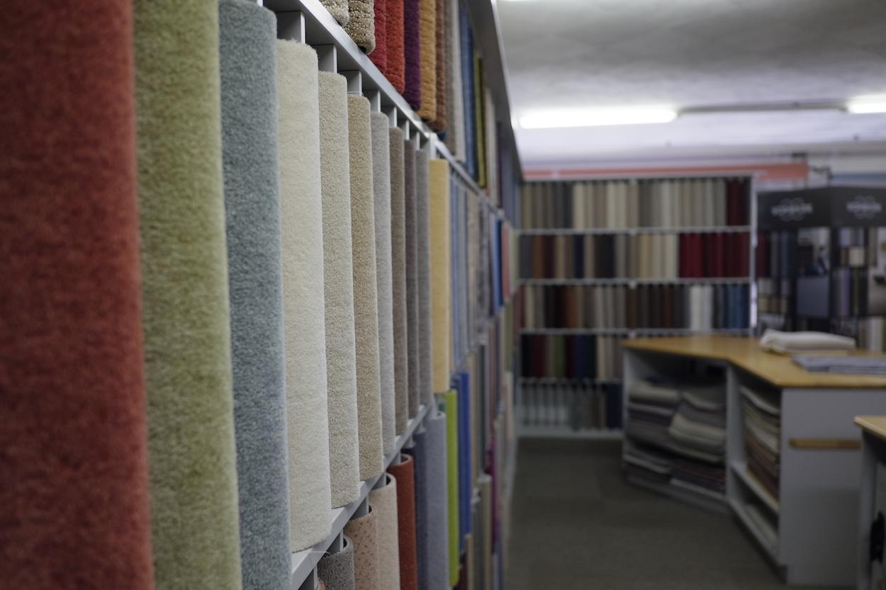 Teppiche in allen möglichen Ausführungen gibt es im Teppichcenter Heuke. Die fachlich kompetenten Mitarbeiter helfen bei der Auswahl, auch bei allen anderen Bodenbelägen.
