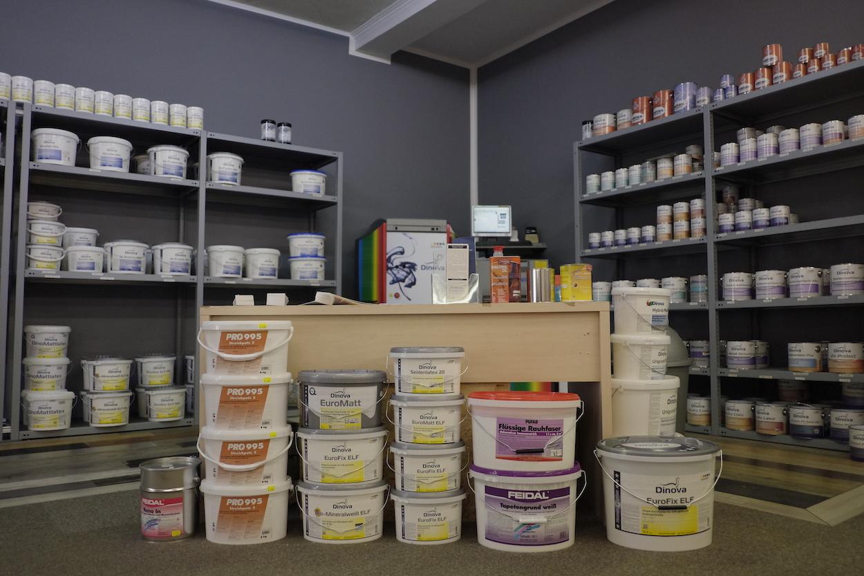 Zudem hat der Fachbetrieb viele Farben und Lacke im Sortiment – wie auch das dazugehörige Zubehör, vom Pinsel bis zur Malerrolle.