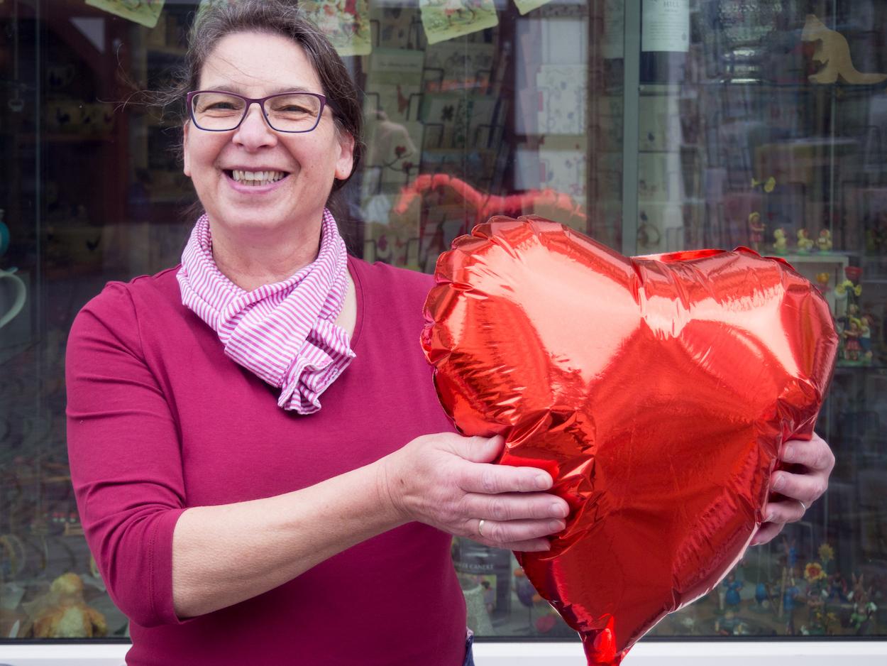 """Was fürs Herz: Elke Herder bietet bei """"Wein & Spiel"""" ein breites Sortiment an Produkten an, vom Wein bis zum Holzspielzeug."""