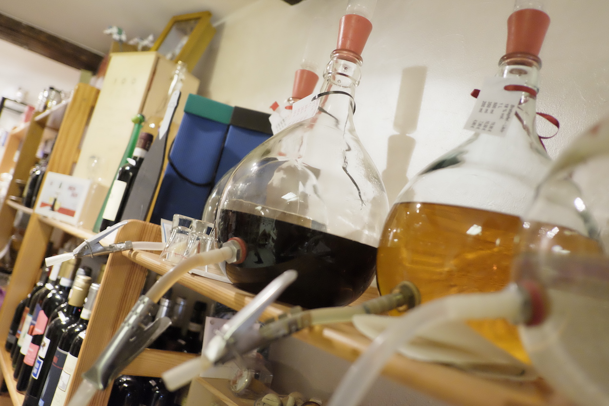Was für die Flasche: Verschiedene Spirituosen können die Kunden in selbst mitgebrachte Gefäße abfüllen.